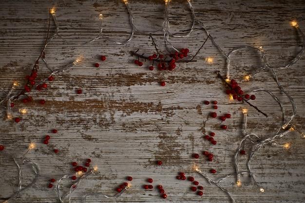 乾燥した葉と果物の周りの光の木のテーブル背景 Premium写真
