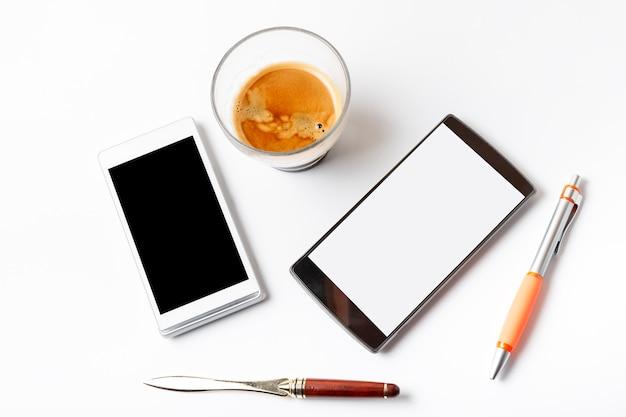 白いテーブルの上のエスプレッソとモバイルカフェ Premium写真