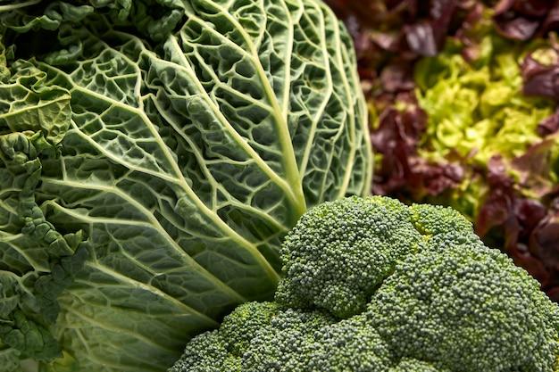 新鮮な緑の野菜の眺め Premium写真