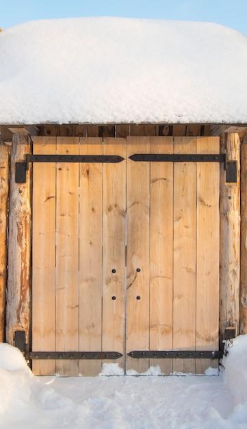 晴れた冬の日にフェンスで木製の門 Premium写真