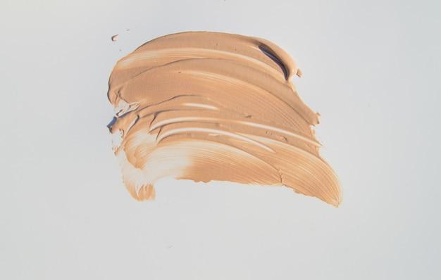 メイクアップ、化粧用のベージュファンデーション白背景 Premium写真