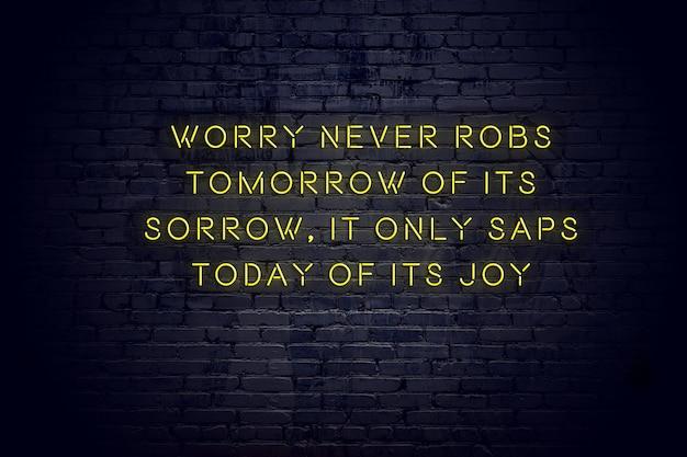 Неоновая вывеска с положительной мудрой мотивационной цитатой к кирпичной стене Premium Фотографии