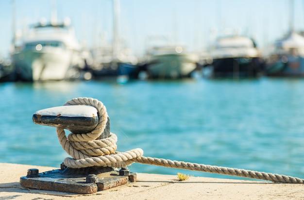 海の水の背景に係留ロープ Premium写真