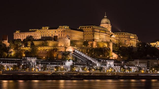 Ночной вид на королевский замок, будапешт Premium Фотографии