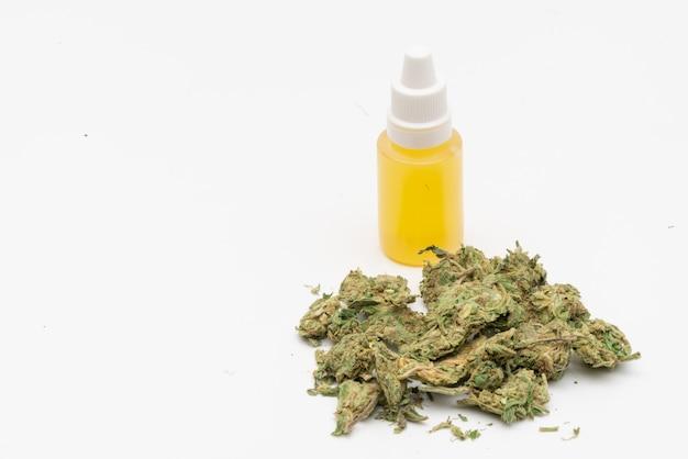 Марихуана, конопля лекарственное, травяное соединение в стеклянной таре. лечебный экстракт масла марихуаны конопли в банке Premium Фотографии