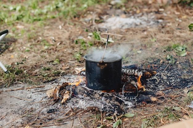 釣りの自然の中で魚のスープを調理するプロセス Premium写真