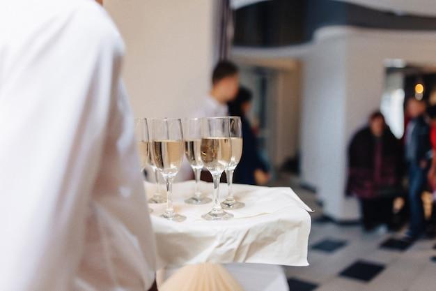 メガネやビュッフェでのお祝いにアルコール Premium写真