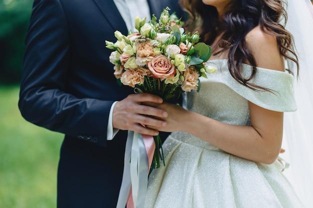 花嫁は一緒に歩いている、お祝い結婚式の日 Premium写真