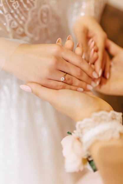 穏やかな花嫁の手に石で婚約指輪 Premium写真
