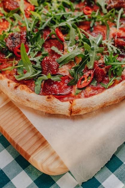 ナポリのピリ辛ピザ、ハム、チーズ、ルッコラ、バジル、トマト、唐辛子、チーズのスプレー 無料写真