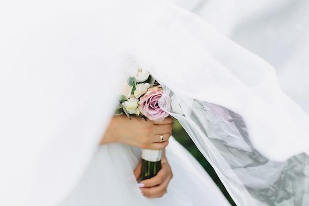 Невеста держит в руках свадебный букет Бесплатные Фотографии