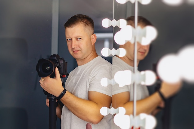 モノポッドにカメラを持ったカメラマン Premium写真