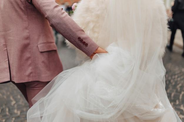 花嫁は一緒に歩いて、お祝いの結婚式の日 Premium写真