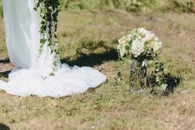 宴会と式典での結婚式の装飾、花と花のデザイン Premium写真