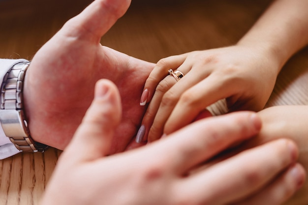 優しい花嫁の手に石の婚約指輪 無料写真