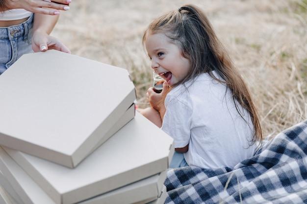 Маленькая девочка с удовольствием на пикнике Premium Фотографии