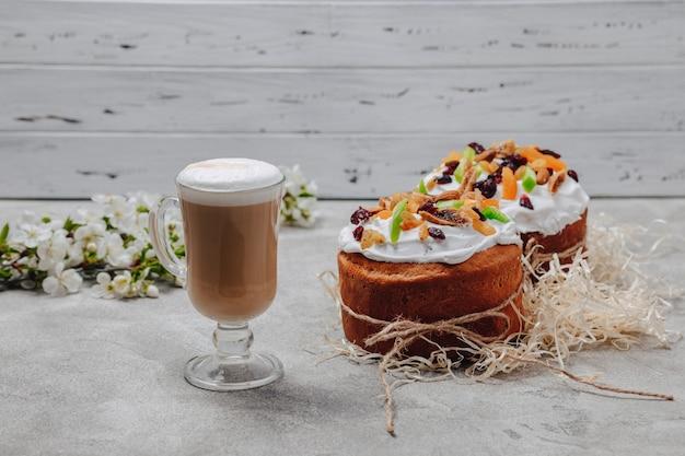 イースターベーキング、コーヒー。イースターのお祝いのコンセプトです。 Premium写真