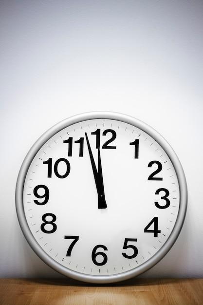 Настенные часы на столе Premium Фотографии