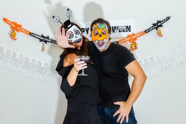 Пара празднует хэллоуин. Premium Фотографии