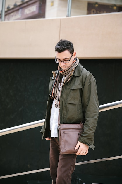 バッグを持つ男 Premium写真