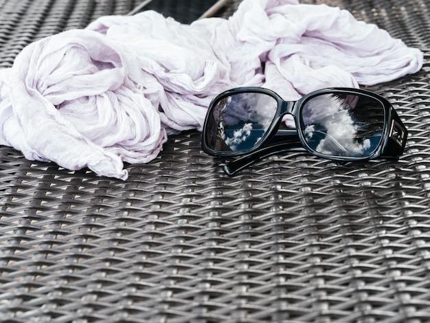 Отражение тропического курорта в солнцезащитных очках Premium Фотографии