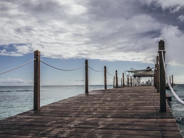 Пирс на пляже Premium Фотографии