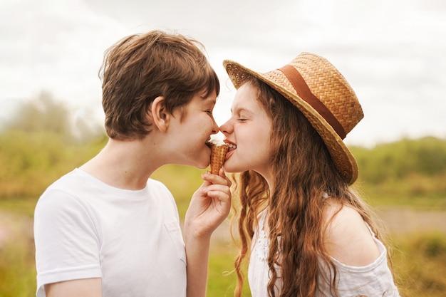 子供たちは屋外でアイスクリームを食べます。 Premium写真