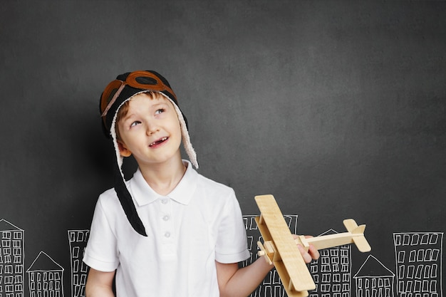 子供が自宅のおもちゃの飛行機で遊ぶ Premium写真