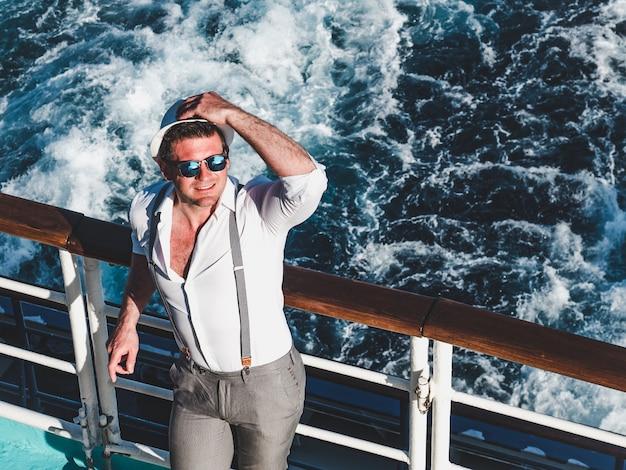 Улыбающийся человек на пустой палубе лайнера Premium Фотографии
