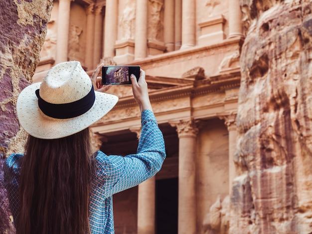 Женщина осматривает достопримечательности города петра Premium Фотографии