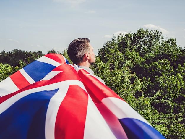 オーストラリアの旗を保持している魅力的な男性。祝日 Premium写真