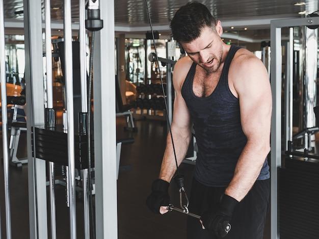 Парень выполняет силовые упражнения Premium Фотографии