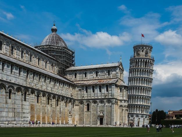 Знаменитая пизанская башня на фоне голубого неба Premium Фотографии