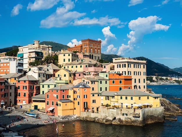 Панорамный вид на великолепный итальянский город генуя Premium Фотографии