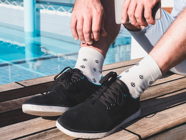 スポーツシューズと白い靴下の男性の足 Premium写真