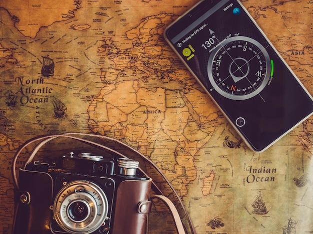 古い、ビンテージの地図と携帯電話。上面図 Premium写真