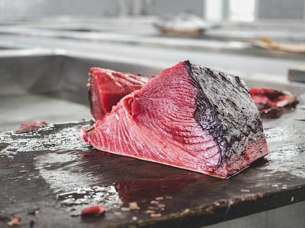 魚市場での新鮮な魚閉じる Premium写真