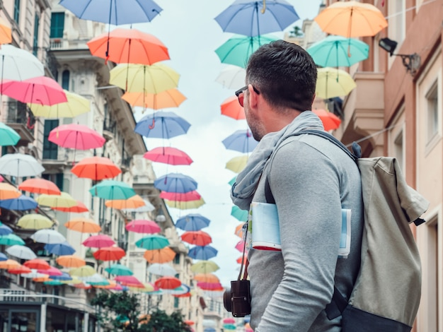 Красивый мужчина с туристической картой в пасмурный день Premium Фотографии