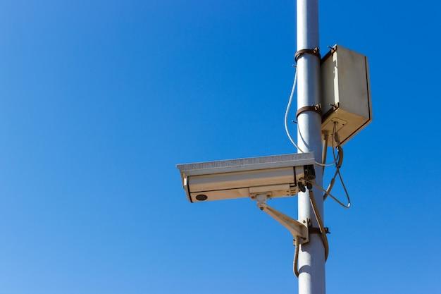 Камера дорожной безопасности на голубом небе Premium Фотографии