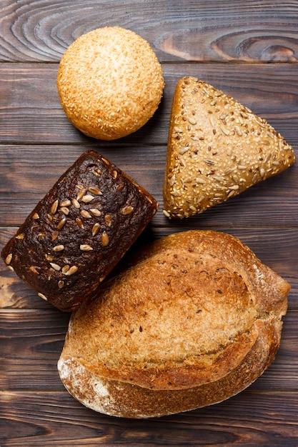 ベーカリー背景、黒い木の上のパンの品揃え Premium写真