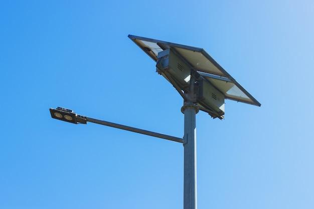Уличный фонарь с солнечной панелью. светодиодная лампа возобновляемой энергии Premium Фотографии