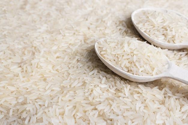 Крупный план белого рисового хлопья и деревянной ложкой Premium Фотографии