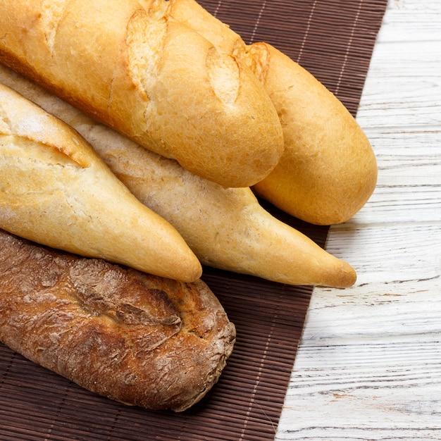 木製のテーブルに新鮮なフランスのバゲットの品揃え Premium写真