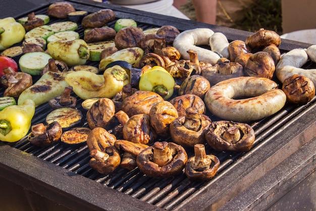 バーベキューで炭火で野菜とおいしい焼き肉の盛り合わせ Premium写真
