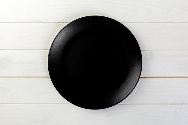 夕食の空の黒いマット皿 Premium写真