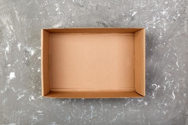 茶色の空の段ボール箱を開けた Premium写真