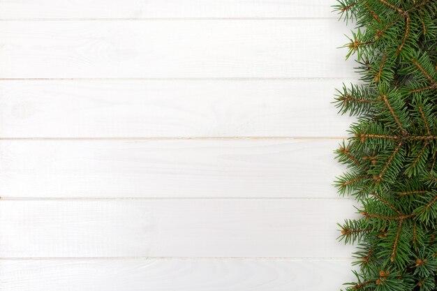 モミの木フレームと木製のクリスマス、トップビューの空スペース Premium写真