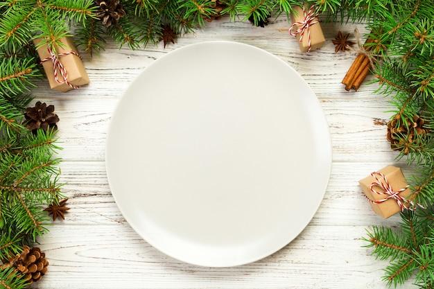 トップビュー、空のプレートラウンド木製クリスマスのセラミック Premium写真