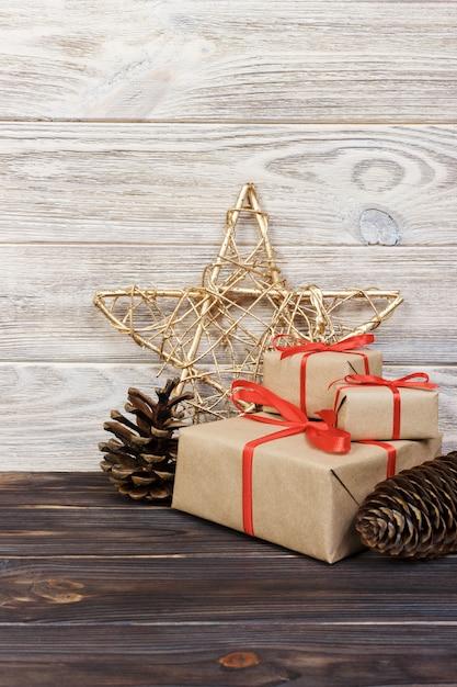 クリスマスプレゼントとコーンと木の上の星のクリスマス背景。 Premium写真