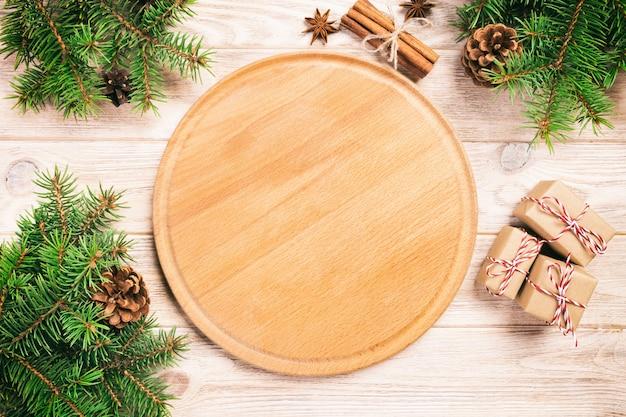 クリスマスの装飾とピザまな板 Premium写真